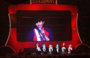 2PM play dress-up for fans