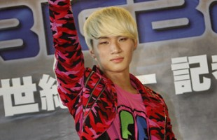 Daesung Waves to Taiwanese Fans