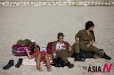 Israeli Female Soldiers Relax Under Sun