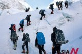 350 climbers including handless Nepali reach atop Mt. Everest, 4 dead