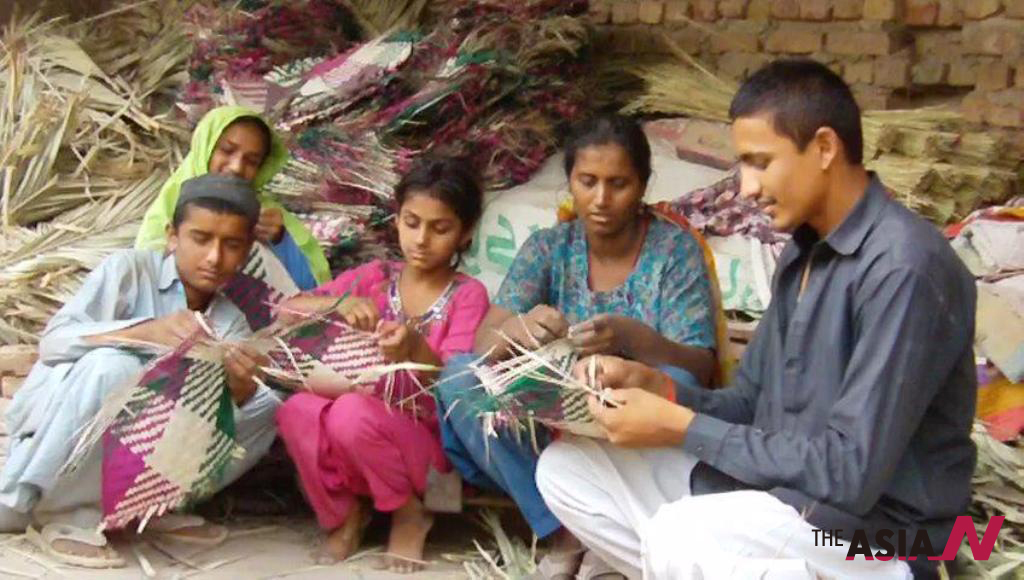 Hand-held fans still popular in Pakistan