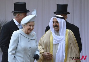 Kuwaiti King Stands With Britain's Queen Elizabeth At Windsor Castle In London