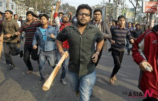 Supporters Of Islamist Party Armed With Sticks March Street To Attack Police In Dhaka, Bangladesh