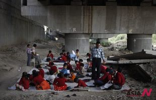 The Indian free school founder teaches slum children under bridge