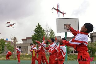 Tibetan children fly model planes during aviation science campaign