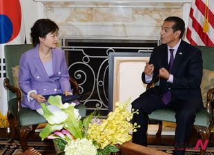 S. Korean President Park meets LA Mayor Villaraigosa during visit to US