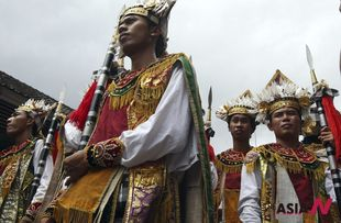 Balinese dancers attend Indonesian royal cremation ceremony