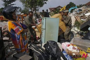 Indonesian city personnel evict illegal housings of poor