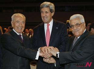 Israeli and Palestinian President shake hands at World Economic Forum