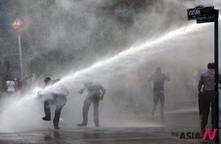Turkish riot police occupy Taksim Square