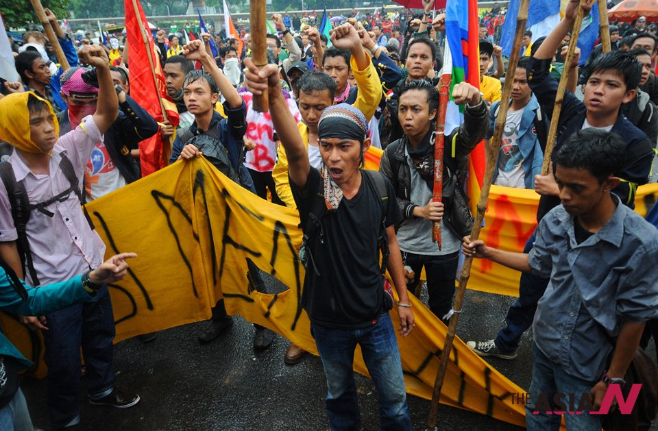 Indonesians protest against gov't plans to raise fuel price