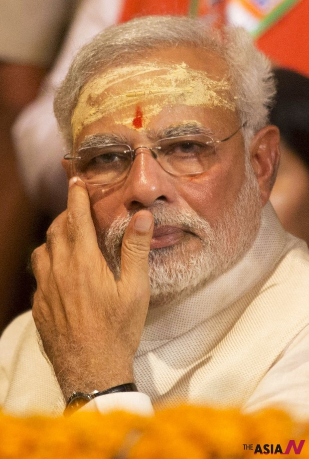 Hindu nationalist Bharatiya Janata Party leader and India's next prime minister Narendra Modi watches evening rituals being performed on the banks of the River Ganges in Varanasi, an ancient city revered by millions of devout Hindus, India, Saturday, May 17, 2014. (Photo : AP/NEWSis)
