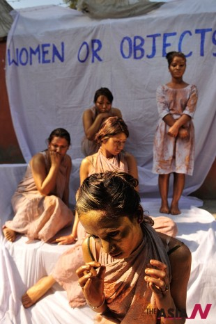 Nepalese activists paint themselves during a protest on the fiftieth day of a campaign against the violence on women in Kathmandu, Nepal, Feb. 14, 2013. (Photo : Xinhua)