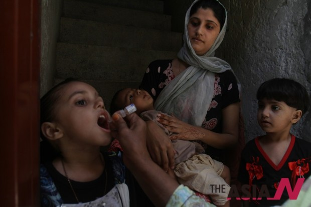 A Pakistani health worker administers a polio vaccine to a child in Lahore, Pakistan, Tuesday, Aug. 26, 2014. (Photo : AP/NEWSis)