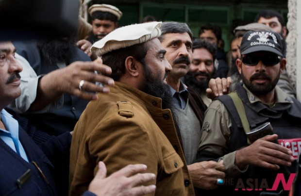 Pakistani police officers escort Zaki-ur-Rahman Lakhvi, the main suspect of the Mumbai terror attacks in 2008, after his court appearance in Islamabad, Pakistan, Thursday, Jan. 1, 2015.  (Photo: AP/B.K. Bangash)