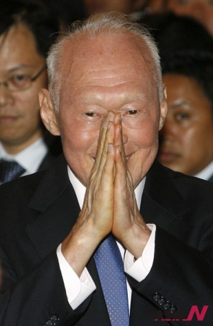 In June 25, 2008, Singapore's Minister Mentor Lee Kuan Yew greets a guest as he arrives for the Lee Kuan Yew Water Prize on the sidelines of the Singapore International Water Week in Singapore. (Photo : AP)