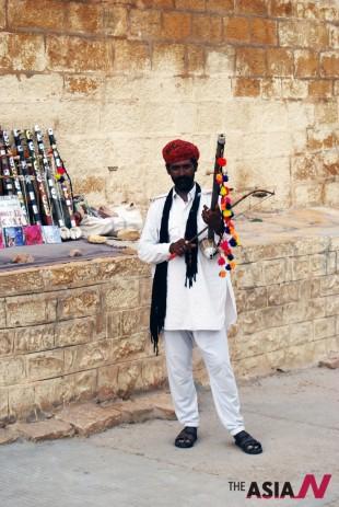 A local musician, Udaipur, India (Photo : Fatima Al-Zahraa Hassan)