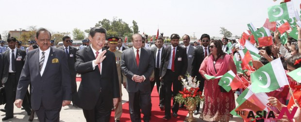 Chinese President Xi Jinping (front, R) attends a welcoming ceremony held by Pakistani President Mamnoon Hussain and Prime Minister Nawaz Sharif in Islamabad, capital of Pakistan, April 20, 2015. (Photo : Xinhua)