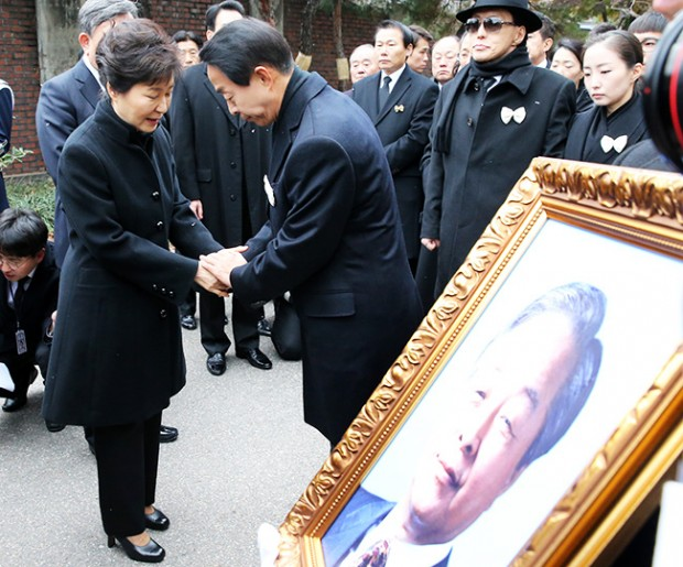 President Park Geun-hye greets the late former president Kim Young-sam's son Kim Hyun-chul in front of the car carrying the coffin at the Seoul National University Hospital, Thursday.  (Yonhap)