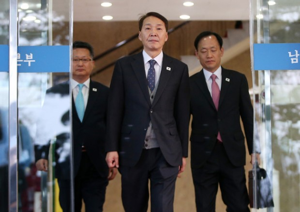 Kim Ki-woong, center, South Korea's chief negotiator for Thursday's working-level meeeting between South Korea and North Korea, is leaving Office of Inter-Korean Dialogue in Samcheong-dong, Seoul, Thursday morning. (Yonhap)