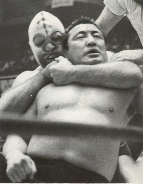 The Destroyer applying a sleeper hold on Rikidozan during one of their match in 1963.