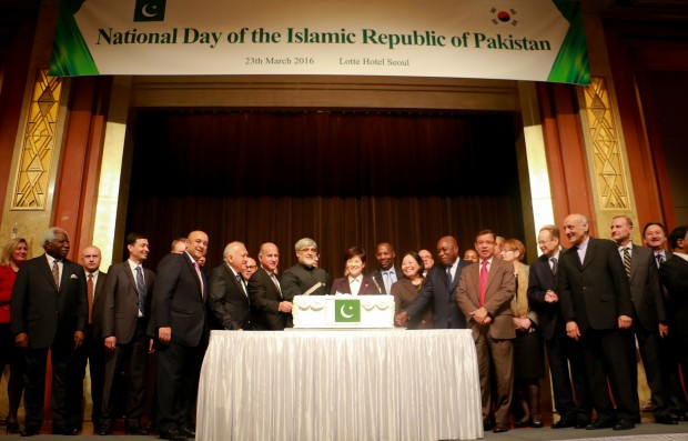 Cake-cutting ceremony at Pakistan Day reception at Lotte Hotel, Seoul on March 23, 2016.
