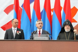 (110921) -- YEREVAN, Sept. 21, 2011 (Xinhua) -- Armenian President Serzh Sargsyan (C) delivers a speech during a military parade of the 20th anniversary of the Independence of Armenia in Yerevan, capital of Armenia, on Sept. 21, 2011. (Xinhua)