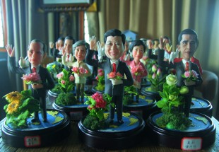 (People's Daily)  The Dream of World Peace is a collection of rice sculptures of G20 leaders crafted by artist Wu Xiaoli, an inheritor of China's intangible cultural heritage, to celebrate the upcoming Hangzhou G20 Summit.Rice sculpture art is made mainly from glutinous rice flour with wheat flour, water, and paint added to it. A craft artist uses scissors, knives, hair clasps, and patterns to create rice art. The craft is recognized as a national intangible cultural heritage.G20 leaders hold peonies in their left hands and stand next to their national flowers as a symbol of friendship and to express innovation. The pigeon on their shoulders and the world map under their feet express world peace. The symbolism reflects inclusion and togetherness because all countries share common interests and the same destiny and we must work together for the prosperity of the world economy. The theme of the G20 Hangzhou Summit is expressed through this craftsmanship.