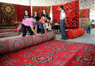 (160911) -- AKSU, Sept. 11, 2016 (Xinhua) -- Sellers pack a carpet for customers at a bazaar in Aksu, northwest China's Xinjiang Uygur Autonomous Region, Sept. 11, 2016. Local Muslims prepared for the upcoming Corban Festival, also known as Eid al-Adha or the feast of the sacrifice, in various ways. (Xinhua/Wei Hai) (wf)
