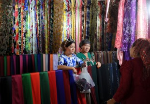 (160911) -- AKSU, Sept. 11, 2016 (Xinhua) -- Women shop at a fabric store in Aksu, northwest China's Xinjiang Uygur Autonomous Region, Sept. 11, 2016. Local Muslims prepared for the upcoming Corban Festival, also known as Eid al-Adha or the feast of the sacrifice, in various ways. (Xinhua/Wei Hai) (wf)