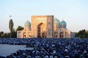 (160912) -- TASHKENT, Sept. 12, 2016 (Xinhua) -- People attend Eid al-Adha prayers outside the Khast Imam Mosque in Tashkent, Uzbekistan, Sept. 12, 2016. (Xinhua/Sadat) (lrz)
