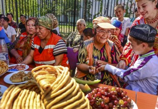 (160912) -- URUMQI, Sept. 12, 2016 (Xinhua) -- Residents of a community enjoy food to celebrate the Corban Festival in Urumqi, capital of northwest China's Xinjiang Uygur Autonomous Region, Sept. 12, 2016. On Monday, Muslims in China welcomed Corban Festival, also known as Eid al-Adha or the feast of the sacrifice. (Xinhua/Wang Fei) (zhs)