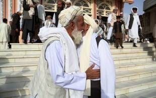 (160912) -- GHAZNI, Sept. 12, 2016 (Xinhua) -- Afghan men embrace each other after Eid al-Adha prayers at a mosque in Ghazni province, eastern Afghanistan, Sept. 12, 2016. Muslims across the world celebrate the Eid al-Adha festival, or the Festival of Sacrifice. (Xinhua/Rahmat Alizadah) (wtc)