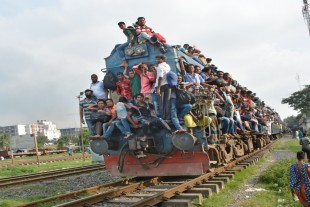 (160912) -- DHAKA, Sept. 12, 2016 (Xinhua) -- A train carrying homebound passengers leaves Dhaka, Bangladesh, Sept. 12, 2016. Millions of Dhaka dwellers flocked to village homes to celebrate Eid al-Adha. (Xinhua/Rizwan Karim)