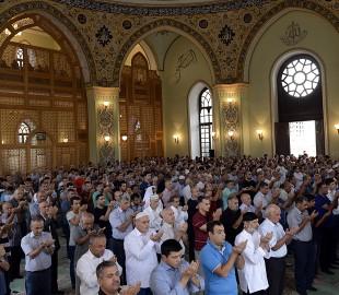 (160912) -- BAKU, Sept. 12, 2016 (Xinhua) -- People pray at a mosque in Baku, Azerbaijan, on Sept. 12, 2016. Muslims across the world celebrate the Eid al-Adha festival, or the Festival of Sacrifice. (Xinhua/Tofik Babayev)