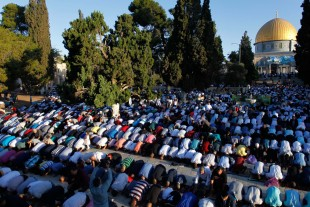 (160912) -- JERUSALEM, Sept. 12, 2016(Xinhua) -- Palestinians perform the morning prayer marking the Eid al-Adha festival outside the Dome of the Rock in Jerusalem's Al-Aqsa mosque compound, Sept. 12, 2016. (Xinhua/Muammar Awad)