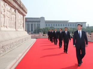 (160930) -- BEIJING, Sept. 30, 2016 (Xinhua) -- Chinese President Xi Jinping (front) and other senior leaders visit the Monument to the People's Heroes at the Tian'anmen Square in Beijing, capital of China, Sept. 30, 2016. Chinese President Xi Jinping and other senior leaders Li Keqiang, Zhang Dejiang, Yu Zhengsheng, Liu Yunshan, Wang Qishan and Zhang Gaoli attended a ceremony Friday at the Tian'anmen Square to honor and remember deceased national heroes on the Martyrs' Day. (Xinhua/Pang Xinglei) (ry)