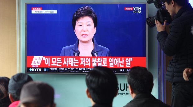 SEOUL, Nov. 4, 2016 (Xinhua) -- People watch TV broadcasting South Korean President Park Geun-hye addressing the nation, at a train station in Seoul, South Korea, Nov. 4, 2016. South Korean President Park Geun-hye said Friday that she will accept an investigation into herself, if necessary, by prosecutors over a scandal surrounding Choi Soon-sil, the president's longtime confidante suspected of intervening into state affairs. (Xinhua/Yao Qilin)(axy)