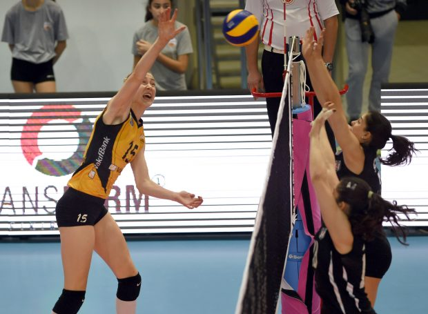 ISTANBUL, Nov. 20, 2016(Xinhua) -- Vakifbank's Kimberly Hill(L) spikes the ball during the Turkish Women Volleyball League match between Vakifbank and Besiktas in Istanbul, Turkey, on Nov. 20, 2016. Vakifbank won 3-0. (Xinhua/He Canling)