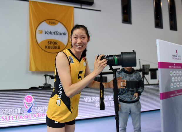 ISTANBUL, Nov. 20, 2016(Xinhua) -- Vakifbank's Zhu Ting takes photos of supporters after the Turkish Women Volleyball League match between Vakifbank and Besiktas in Istanbul, Turkey, on Nov. 20, 2016. Vakifbank won 3-0. (Xinhua/He Canling)
