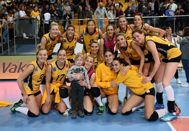 ISTANBUL, Nov. 20, 2016(Xinhua) -- Vakifbank's players have a photo taken after the Turkish Women Volleyball League match between Vakifbank and Besiktas in Istanbul, Turkey, on Nov. 20, 2016. Vakifbank won 3-0. (Xinhua/He Canling)