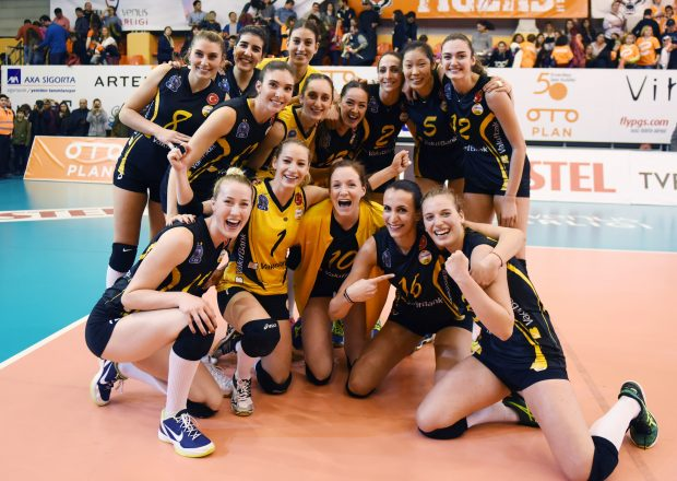 ISTANBUL, Nov. 27, 2016 (Xinhua) -- Vakifbank players pose after the Turkish Women Volleyball League match between Eczacibasi and Vakifbank in Istanbul, Turkey, Nov. 26, 2016. (Xinhua/He Canling)