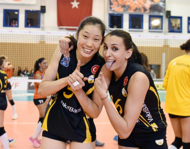 ISTANBUL, Nov. 27, 2016 (Xinhua) -- Vakifbank player Zhu Ting (L) poses for a photo with Milena Rasic during the Turkish Women Volleyball League match between Eczacibasi and Vakifbank in Istanbul, Turkey, Nov. 26, 2016. (Xinhua/He Canling)