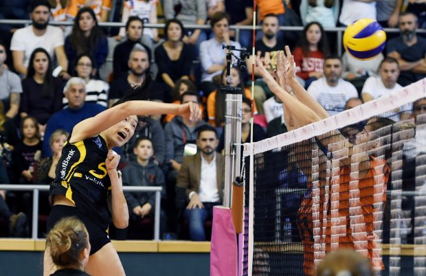 ISTANBUL, Nov. 27, 2016 (Xinhua) -- Zhu Ting (L) of Vakifbank spikes the ball during the Turkish Women Volleyball League match between Eczacibasi and Vakifbank in Istanbul, Turkey, Nov. 26, 2016. (Xinhua/He Canling)