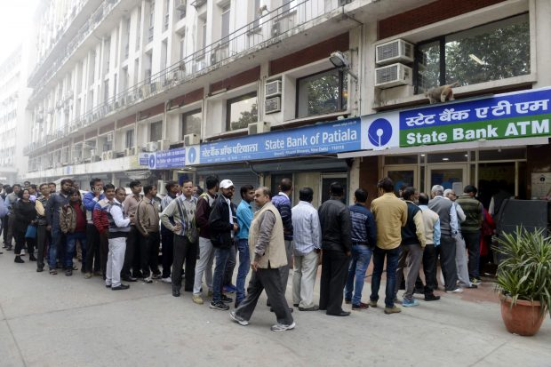 (161202) -- NEW DELHI, Dec. 2, 2016 (Xinhua) -- People queue outside a bank to withdraw cash after the demonetization of currency notes of 500 and 1,000 Indian rupees in New Delhi, India, Dec. 1, 2016. (Xinhua/Stringer) (djj)