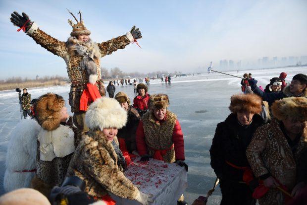 HARBIN, Dec. 5, 2016 (Xinhua) -- People perform ice-collection folk arts on the frozen Songhuajiang River in Harbin, capital of northeast China's Heilongjiang Province, Dec. 5, 2016.    (Xinhua/Wang Jianwei) (zwx)