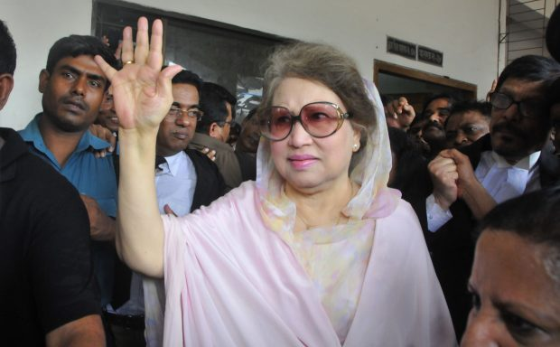 DHAKA, April 5, 2016 (Xinhua) -- Bangladesh's former Prime Minister and Bangladesh Nationalist Party Chairperson Khaleda Zia (C, front) waves to supporters after being granted bail at a court in Dhaka, Bangladesh, April 5, 2016. (Xinhua/Shariful Islam)
