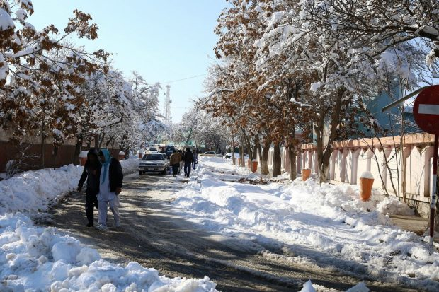 (170206) -- GHAZNI, Feb. 6, 2017 (Xinhua) -- People walk on a street after a heavy snow in eastern Ghazni province, Afghanistan, Feb. 6, 2017. At least 100 people have lost their lives and more than 50 others sustained injuries due to snowfall and freezing weather over the past few days across Afghanistan, local media reported. (Xinhua/Sayed Mominzadah)(gl)