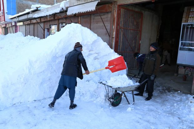 (170206) -- GHAZNI, Feb. 6, 2017 (Xinhua) -- People clean the snow in eastern Ghazni province, Afghanistan, Feb. 6, 2017. At least 100 people have lost their lives and more than 50 others sustained injuries due to snowfall and freezing weather over the past few days across Afghanistan, local media reported. (Xinhua/Sayed Mominzadah)(gl)