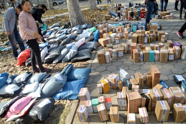 "The students of Liaocheng University in Shandong province are picking their parcels of the products they bought online during the ""Singles Day"" promotion rave on December 15, 2016. The express delivery industry usually embraces a business peak following the shopping spree on November 11 each year. (Photo: People's Daily Online)"